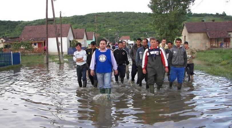 Mága Zoltán az árvíz sújtotta cigánytelepen