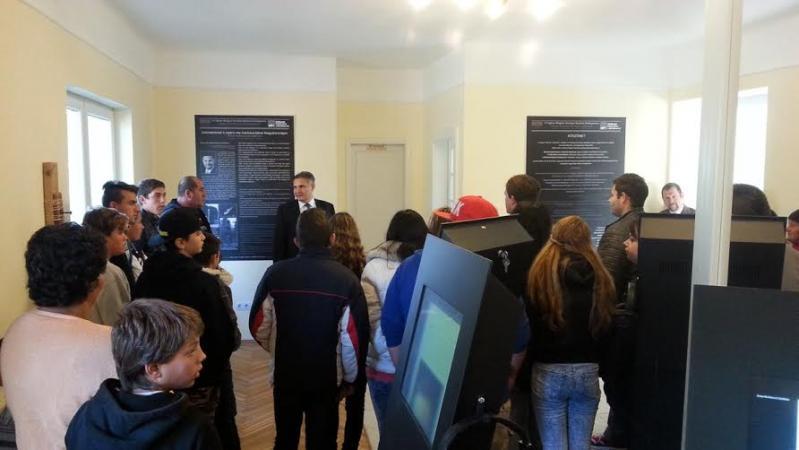 1-Látogatók a csepeli roma holokauszt központban